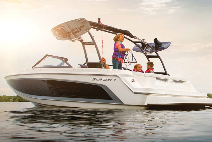 The Larson 2018 LXH 2310 IO, the perfect boat for sportive family cruise
